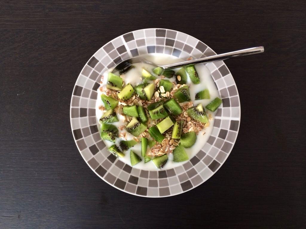 Mijn lunch: magere yoghurt, muesli en kiwi