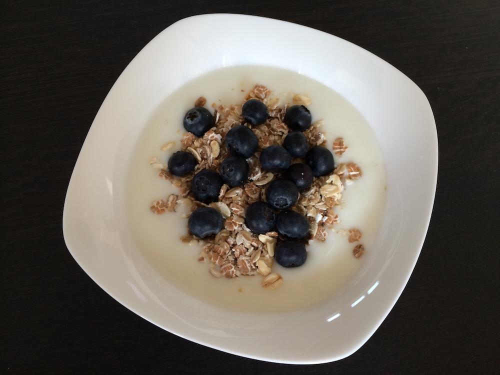 Magere yoghurt, muesli en blauwe bessen