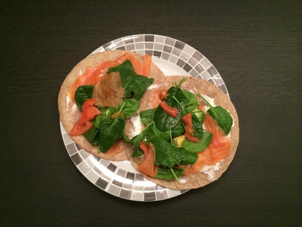 Volkoren wrap met zalm spinazie avocado tomaat