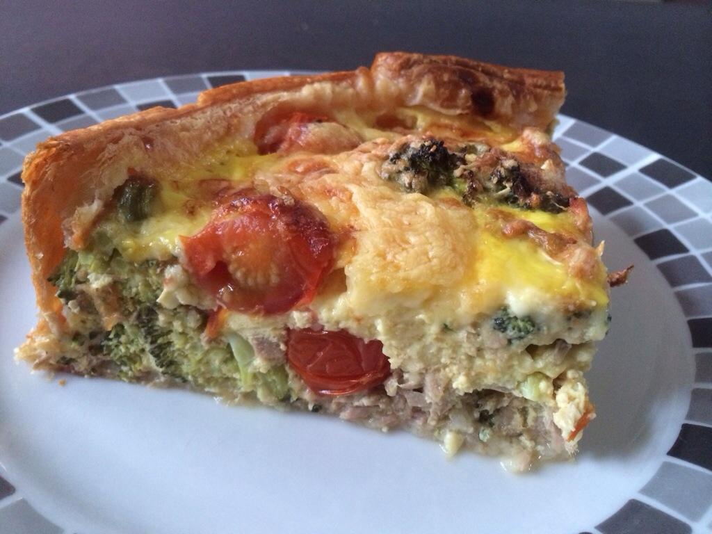Hartige taart: broccoli tonijn en cherrytomaten