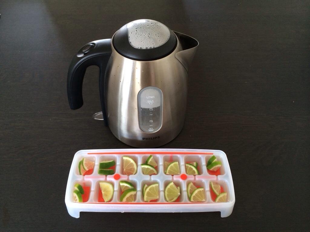 Mooie fruit ijsblokjes met kokend water