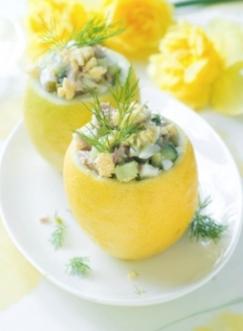 Gevulde citroen met een salade van ei, komkommer en tonijn