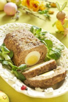 Gehaktbrood met een hardgekookt ei