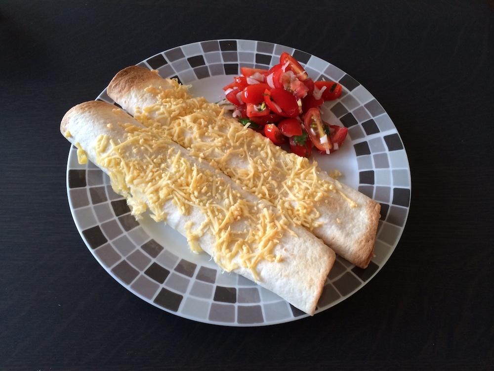 Kipfilet wraps met komkommer knoflook chili kwark en pittige tomaten salade