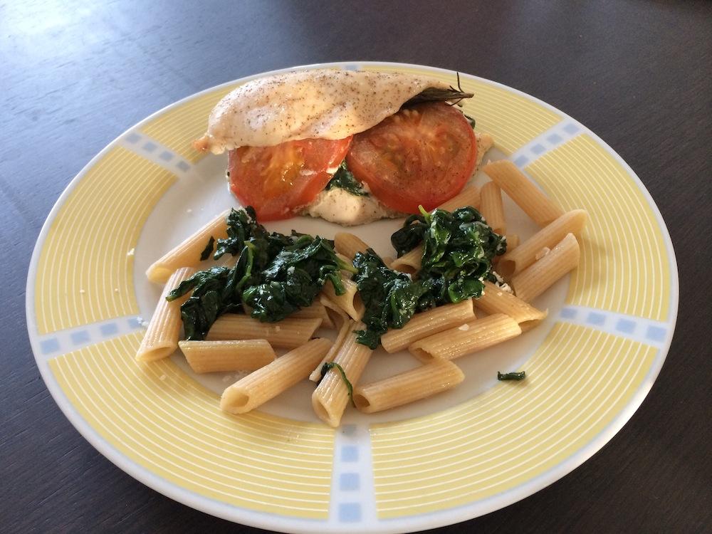 Kip met spinazie basilicum rozemarijn en tomaat