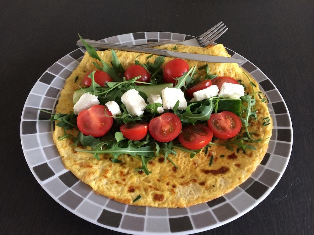 Omelet wrap met rucola tomaat komkommer feta